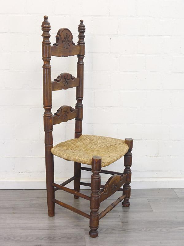 bäuerlicher Stuhl mit hoher Rückenlehne