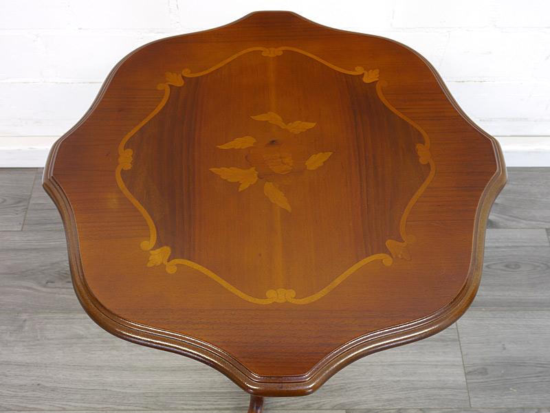 Draufsicht auf die Tischfläche mit den Intarsien